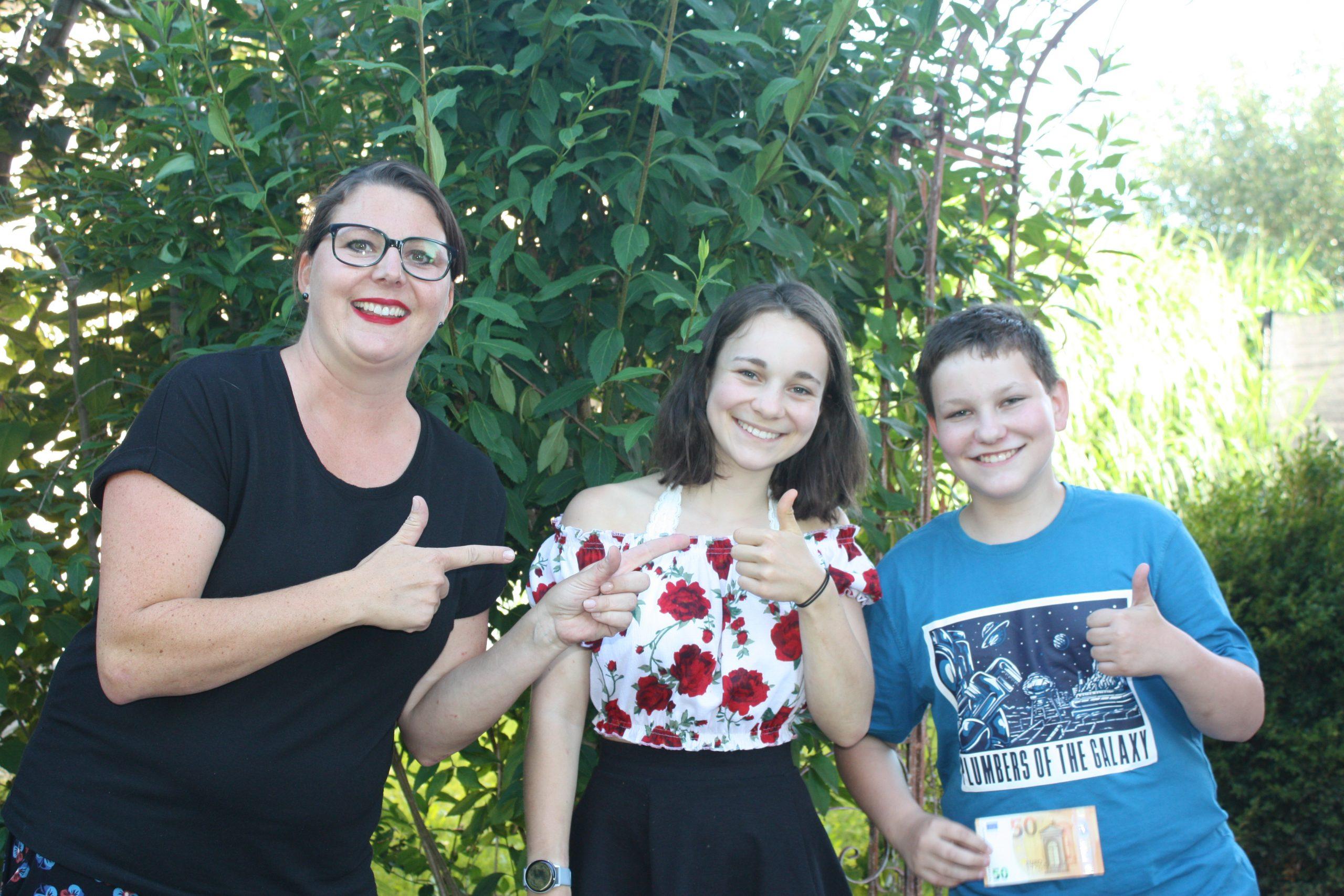 Im Juli durften sich Tammy und Tizian über je 50€ freuen - das Geld wurde von unserer Gebietsbetreuerin Frau Jansen persönlich überreicht
